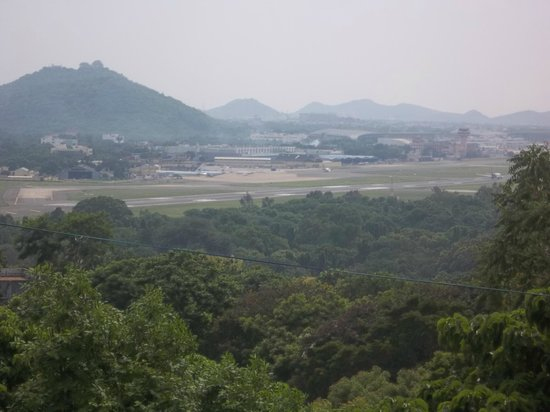 St. Thomas Mount National Shrine: A view of Chennai International Airport