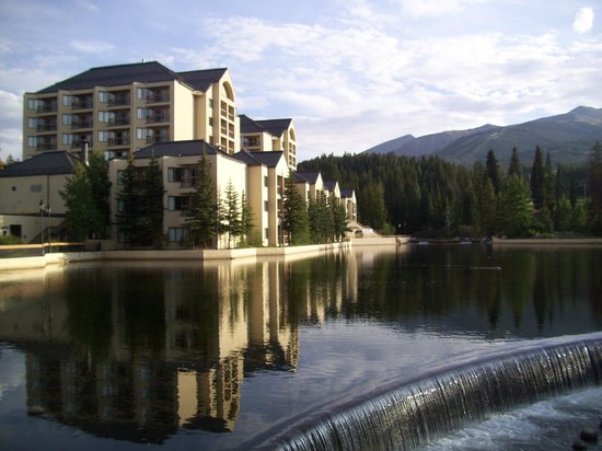Marriott's Mountain Valley Lodge at Breckenridge: Maggie's Pond & mountains