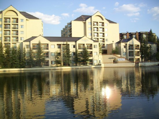 Marriott's Mountain Valley Lodge at Breckenridge: View from across Maggie's Pond