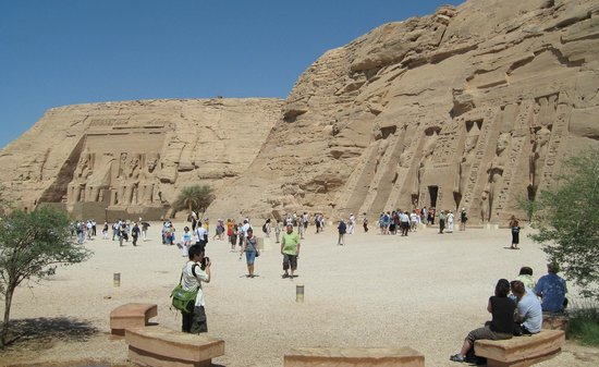 อาบูซิมเบล: The Temple of Ramses II and the Nefertari's Temple of Hathor at Abu Simbel