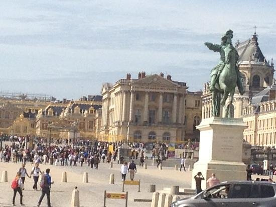 PARISCityVISION: palacio de versailles con luis xiv a la entrada