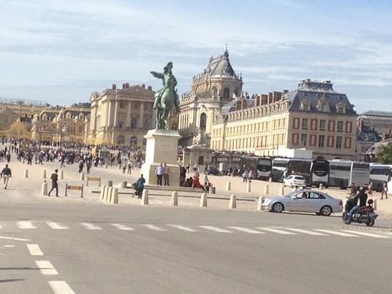 Paris City Vision: palacio de versailles. entrada principal. preparense para mucha gente y caminar mucho