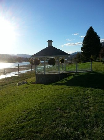South Thompson Inn & Conference Center: Gazebo along the riverfront