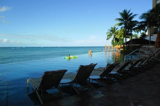 Sheraton Waikiki: infinity pool in the morning