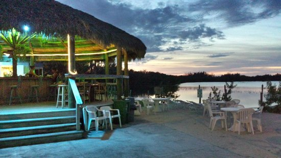 Sugarloaf Lodge: Tiki Bar and Beach Area During Sunset