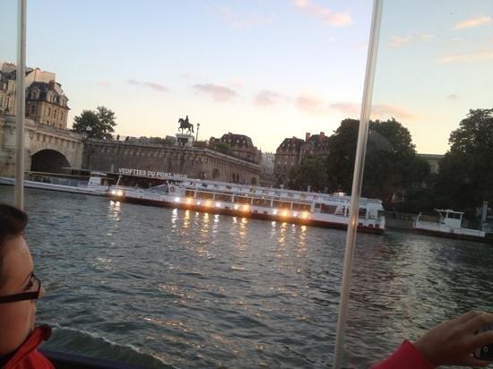 Paris City Vision: el paseo por el sena a la puesta de sol. las luces se van prendiendo
