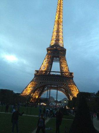 Paris City Vision: la tour eiffel. a las 20 hrs se prenden las luces y empieza el espectaculo