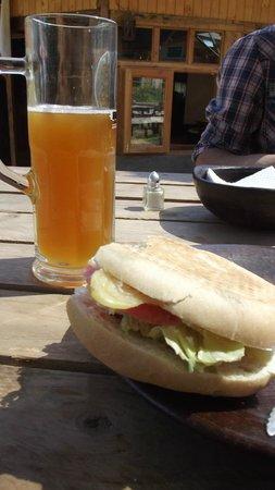 Tauss Brau: Vegetariano. Tomate, lechuga, queso, salsa de yogurt y ajo.
