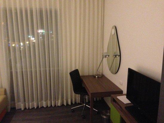 Hampton by Hilton Cartagena: Espacio de trabajo y TV