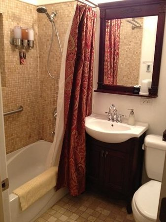 Ray's Bucktown Bed and Breakfast: bathroom of chickerdee room