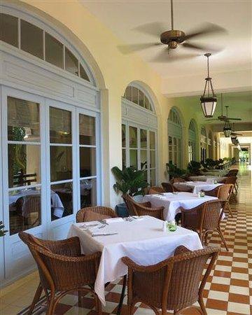 โรงแรมราฟเฟิลส์ เลอ รอยัล: Cafe Dining