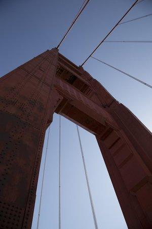สะพานโกลเดนเกท: looking up at the South Tower