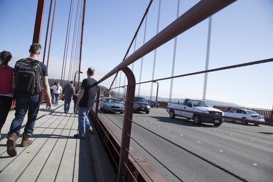 สะพานโกลเดนเกท: the traffic on the bridge .....