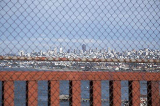 สะพานโกลเดนเกท: on the bridge looking through the fence onto San Francisco