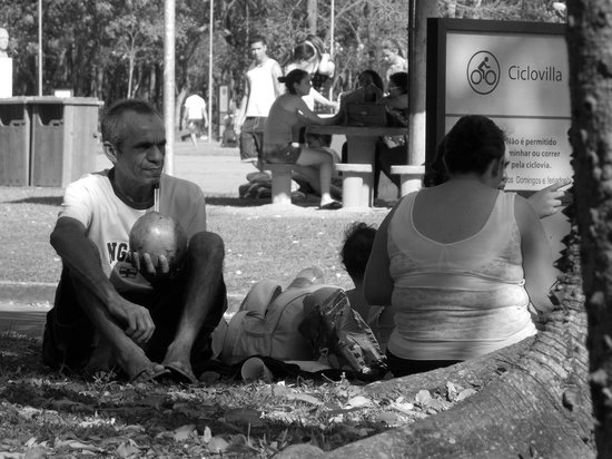Villa Lobos Park: Família descansando no gramado