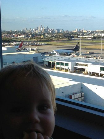 Rydges Sydney Airport Hotel: View of the airport and city skyline