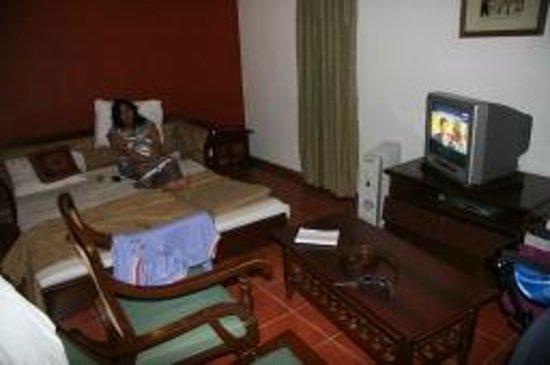 คลับมหินทรา โกดาคูแวลเลย์: the Living room with a sofa cum double bed for kids