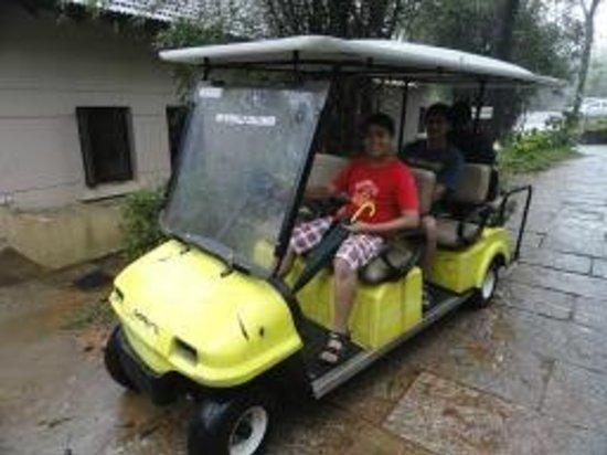 คลับมหินทรา โกดาคูแวลเลย์: Battery operated buggy to roam around in the huge campus