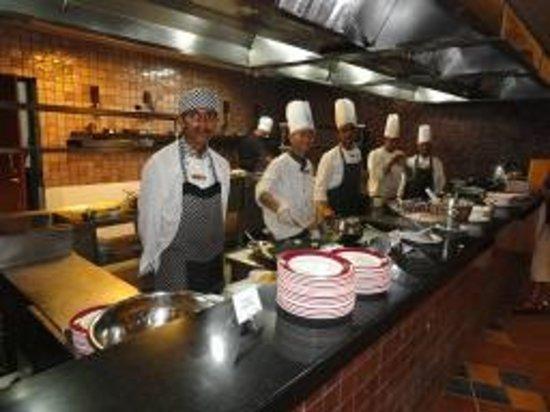 คลับมหินทรา โกดาคูแวลเลย์: Ever ready, fresh & smiling Chefs on Live Counters for all the meals