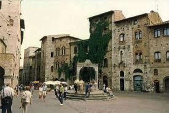 Piazza della Cisterna: San Gimigniano, Italia.