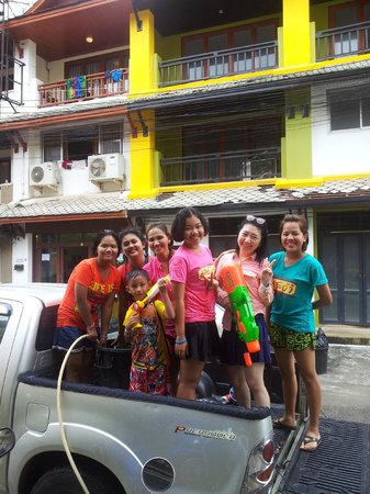 DD Guest House & Backpacker: Songkran 's day in front hotel