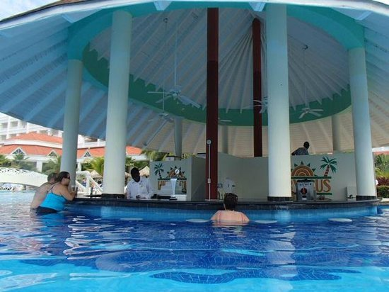 Grand Bahia Principe Jamaica: Swim-up bar