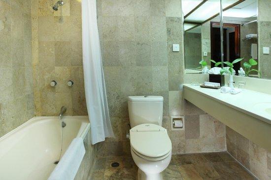 Hotel New Saphir Yogyakarta: Kamar Mandi Deluxe Room