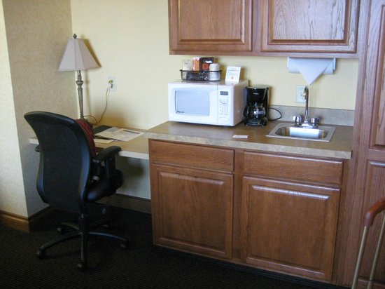 Shoreline Inn & Conference Center, an Ascend Hotel Collection Member: kitchenette area with desk--free wifi too