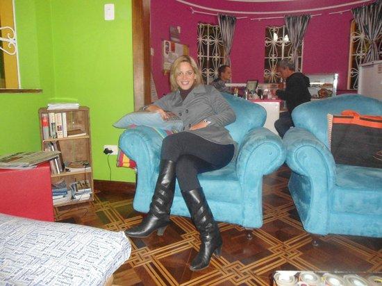 Motter Home Curitiba Hostel: Eu na sala mais aconchegante do mundo,  sala do Motter home