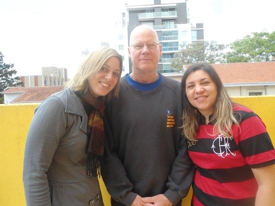Motter Home Curitiba Hostel: Nós com o patrimônio cultural do Motter Home, o escritor Richard :)