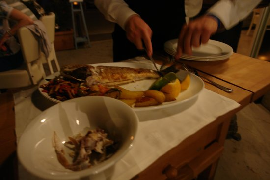Casa Nostromo Restaurants & Lounge Bar: The server serving the fresh fish. Yummmmy!