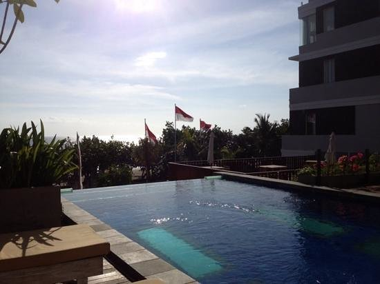 Wyndham Garden Kuta: view from our room, infinity pool,and then the beach.
