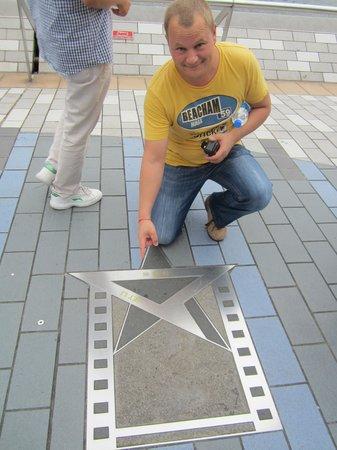 """อ่าววิคตอเรีย: """"Аллея звезд"""" на набережной гавани"""
