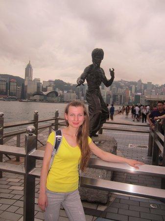 อ่าววิคตอเรีย: памятник Брюсу Ли на набережной гавани