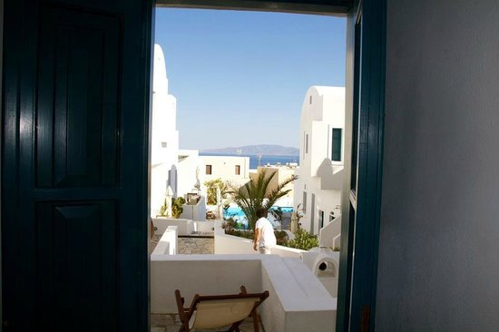 Oia's Sunset Apartments: Our room with a view :).