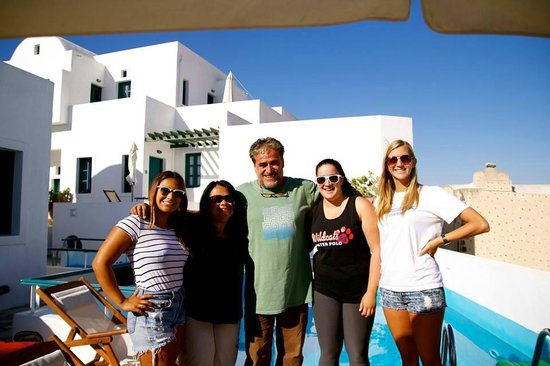 Oia's Sunset Apartments: The girls with Panos on our departure day :(.