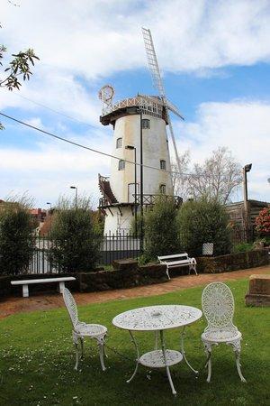 เลเชอร์อินน์เพนนีรอยัลโฮเต็ลแอนด์อพาร์ทเมนท์ส: Windmill at the carpark