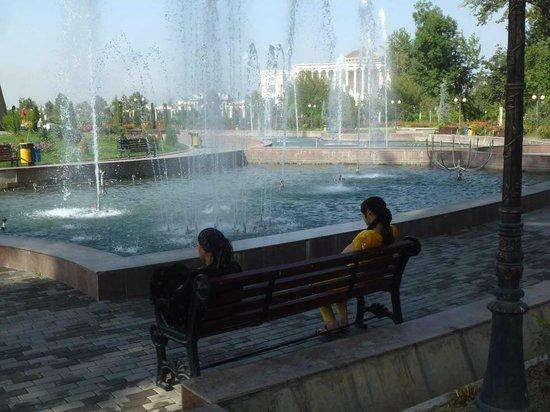 Rudaki Park: Im Sommer willkommen: Schatten und Wasser!