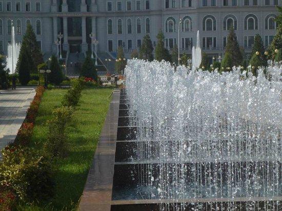 Rudaki Park: Wasserspiele vor National-Bibliothek