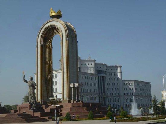 Rudaki Park: Ismail Somoni-Denkmal und Staatsbibliothek