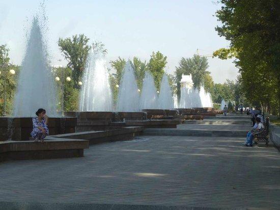 Rudaki Park: Im Sommer beliebt: Schatten und Wasser!