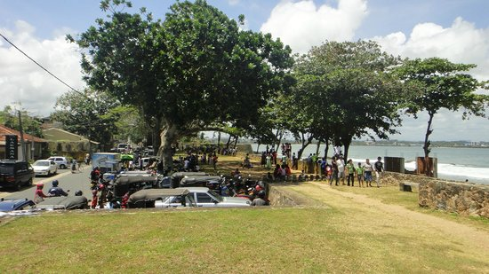 Galle Fort Lighthouse: cool spot under the tree for many visitors