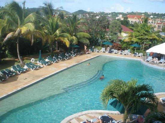 โคโคปาล์ม รีสอร์ท: Coco Palm pool and landscape