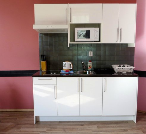 Royal Court Apartments: well equipped kitchen area