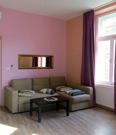 Royal Court Apartments: Spacious, bright and lovely living area