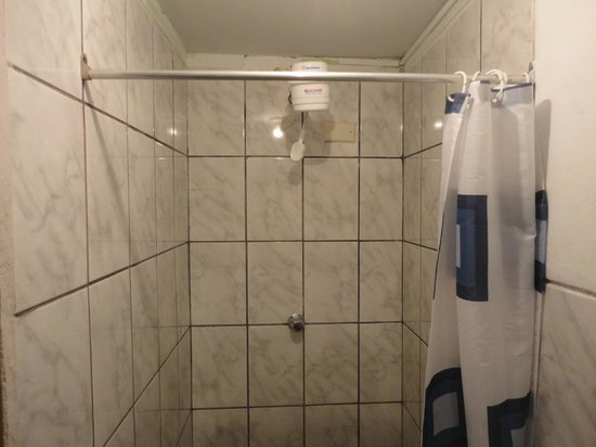 Hostal Chayana Wasi: hot water heater on shower