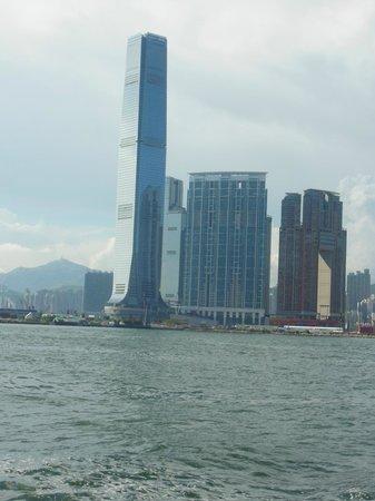 โรงแรมเดอะริทซ์คาร์ตัน ฮ่องกง: Hotel as seen from Victoria Harbour