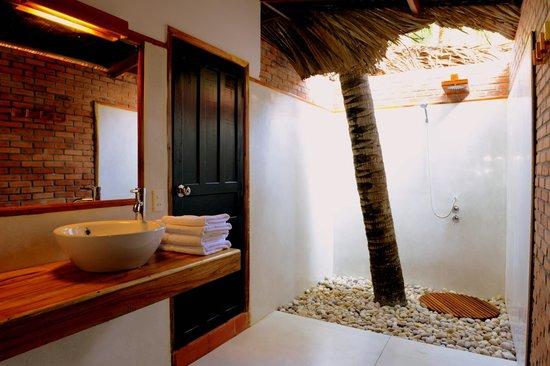 อนันดา รีสอร์ท: Open Roof Garden Style Bathroom