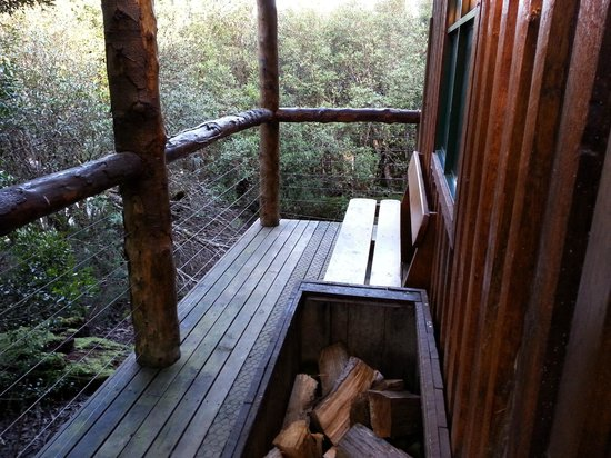 Cradle Mountain Highlanders Cottages: Wood storage outside the cabin