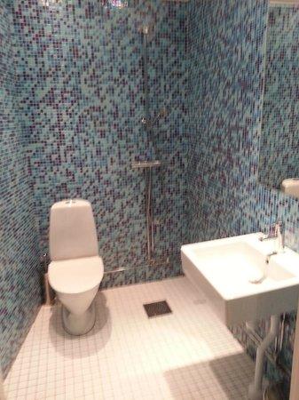 Stockholm Hostel: shower room